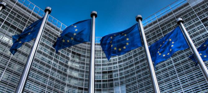 Temabild för EU-kritik. EU-kommissionen med EU-flaggor